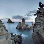 Acitrezza Faraglioni dei Ciclopi sullo sfondo il mare