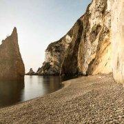 Isola di Ponza, Spiaggia del Core con faraglione e Piane Bianche sullo sfondo. Catalogo Foto Ponza.