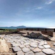 Cuma, strada antica il mare e Ischia sullo sfondo