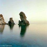 Isole Pontine, Ponza, Scoglio Montagnello in un mare calmo e con un cielo colorato dalle ultime luci del giorno