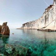 Isola di Ponza Capo Bianco, mare trasparente e scogli di tufo chiaro. Catalogo Foto Ponza.