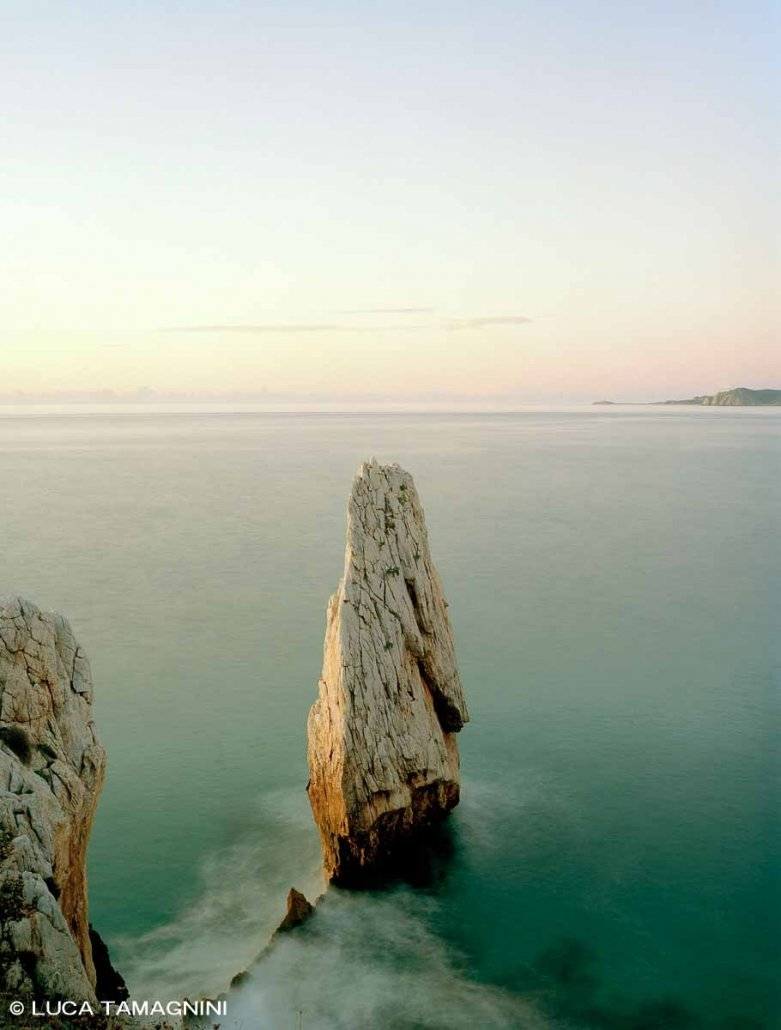 Bugerru Scoglio Nido d'Aquila sullo sfondo il mare e l'orizzonte