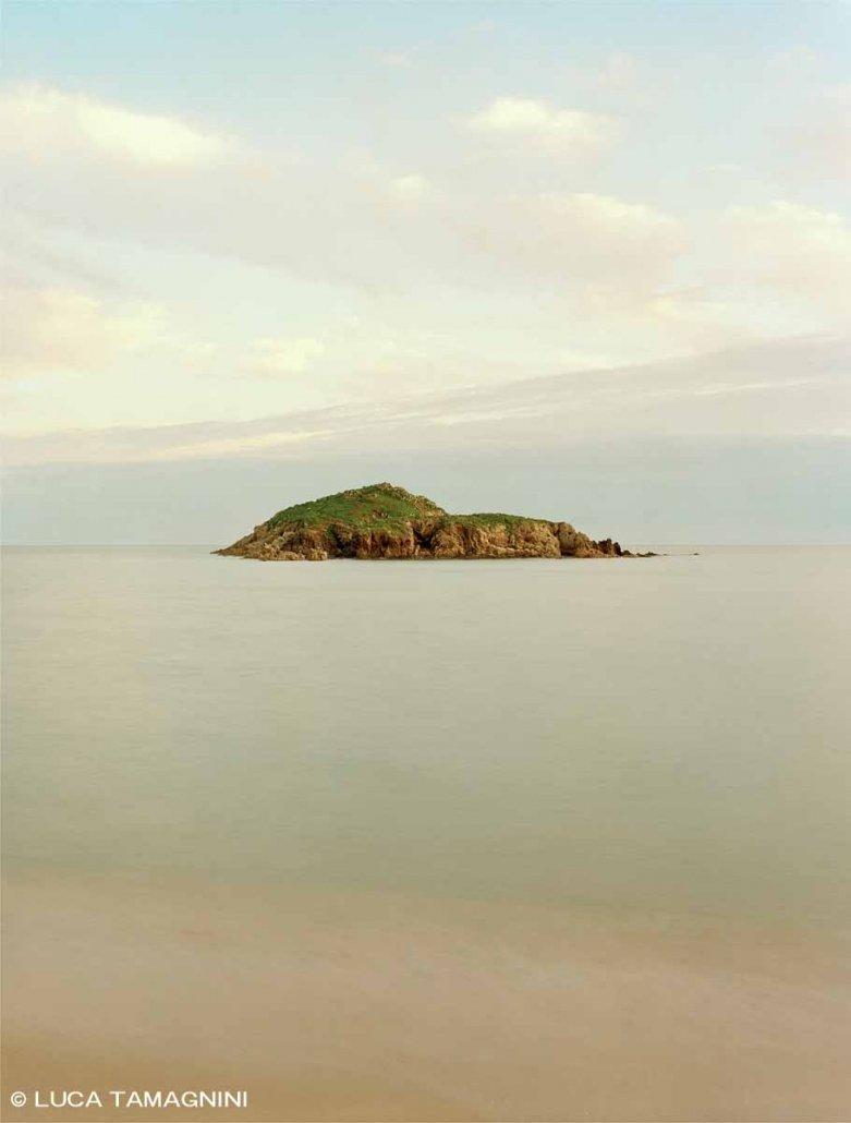 Immagine Mare Fine Art / Sardegna, Chia, Isola Su Giudeu, mare calmo, luce del tramonto, senza bananti. / Luca Tamagnini Catalogo 2019-002