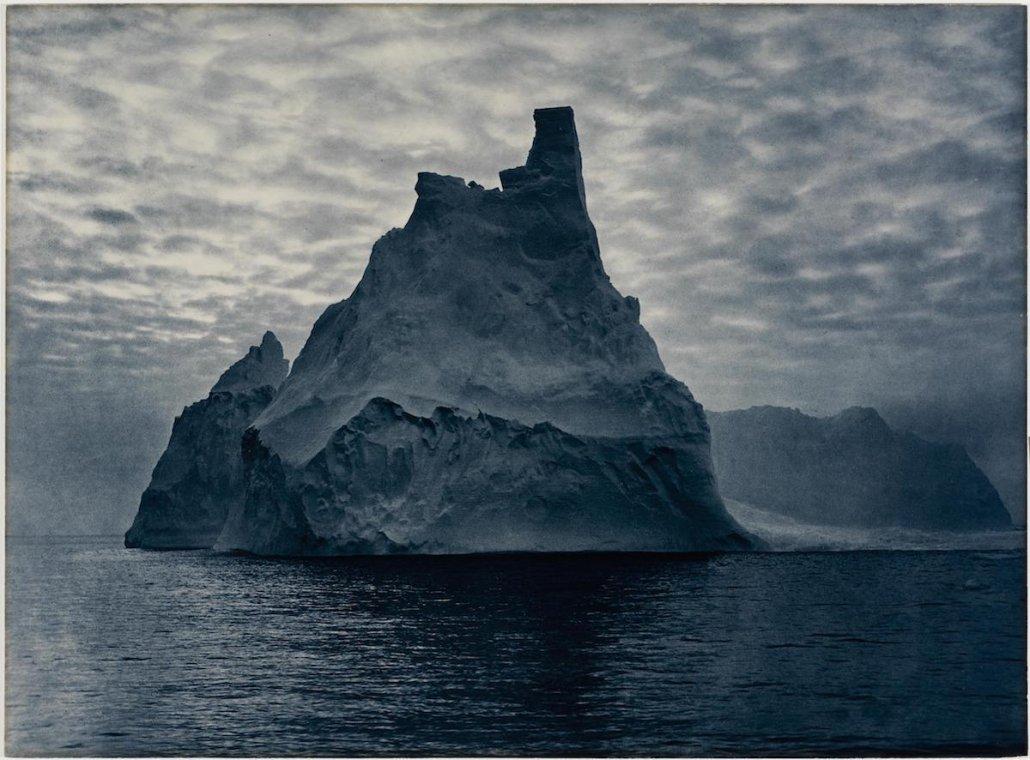 Paesaggio marino di Frank Hurley - Iceberg illuminato dal sole di mezzanotte di mezza estate.