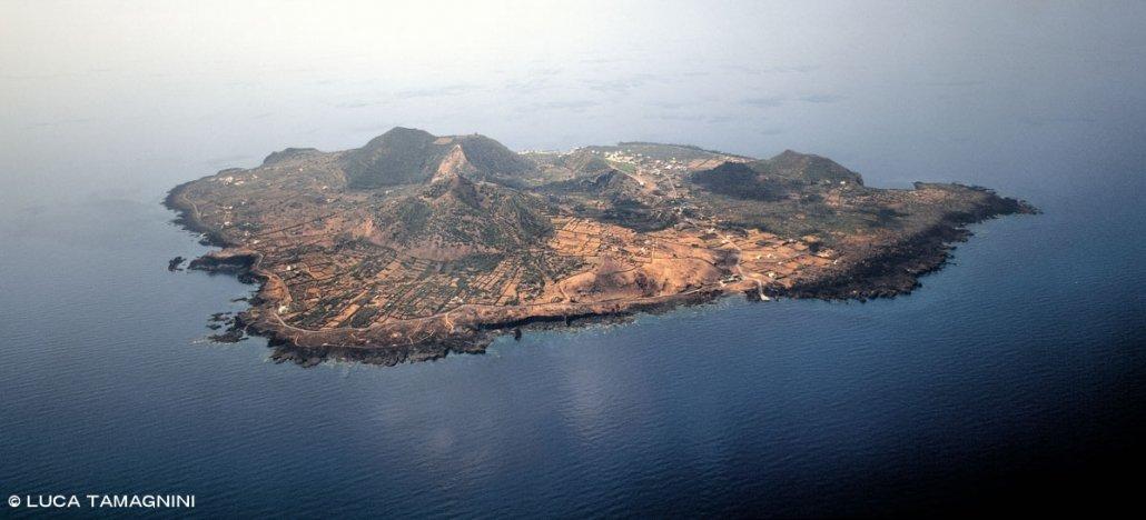 Isole Pelagie Isola di Linosa dal cielo (foto aerea)