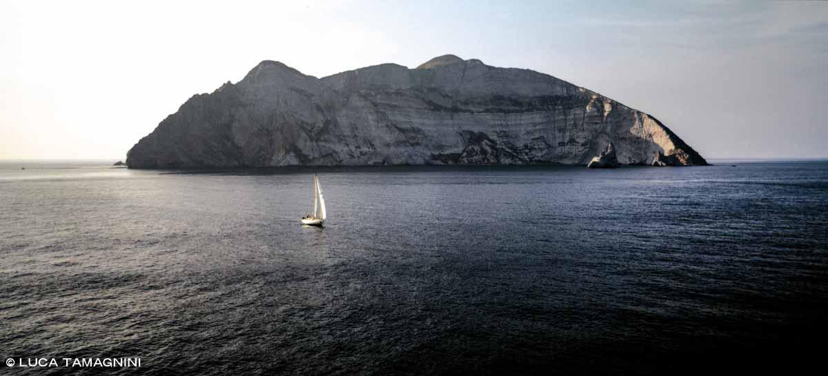 Isola di Palmarola, barca a vela dal cielo / Luca Tamagnini Catalogo 1993-06