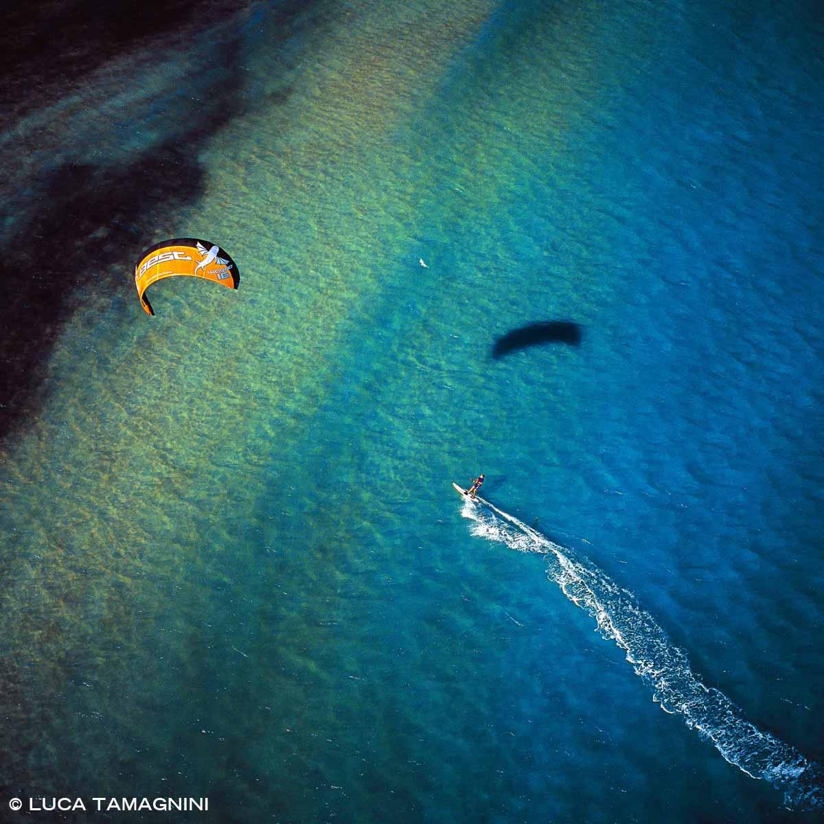 Sardegna, San Teodoro, kitesurf dal cielo (foto aerea)