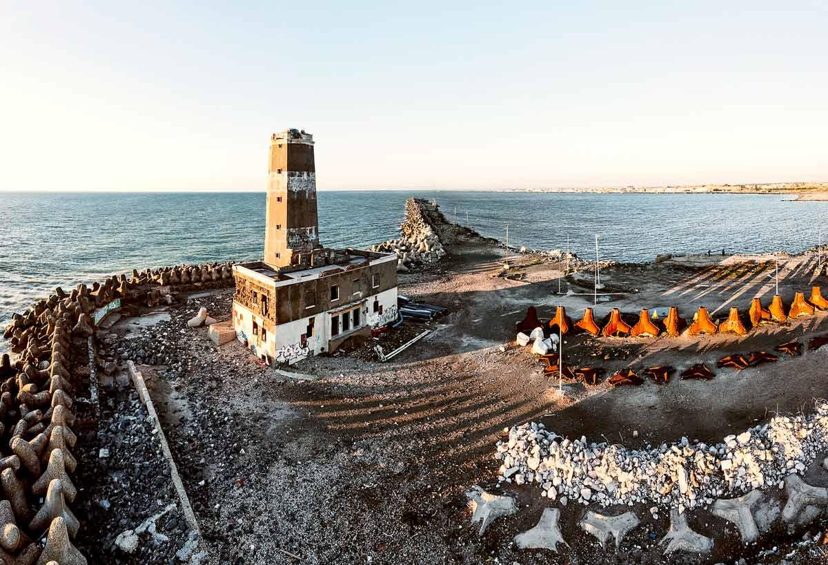 Il Faro di Fiumicino dal cielo nel cantiere abbandonato per la costruzione del Porto della Concordia / Luca Tamagnini Catalogo 2021-003