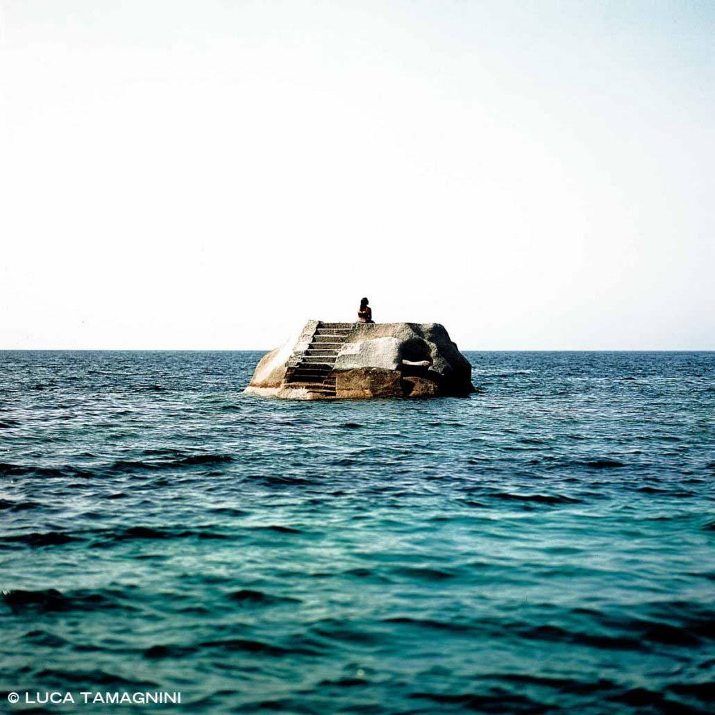 Sardegna, Arcipelago di La Maddalena, Isola di Caprera Cala Caprarese scoglio con scalette / Luca Tamagnini Catalogo 2005-018