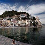 Costiera Amalfitana il borgo Cetara dal molo del suo porticciolo