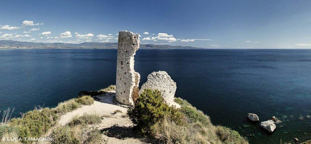 Cagliari, Torre del Poetto, sullo sfondo il mare del Golgo di Cagliarii.
