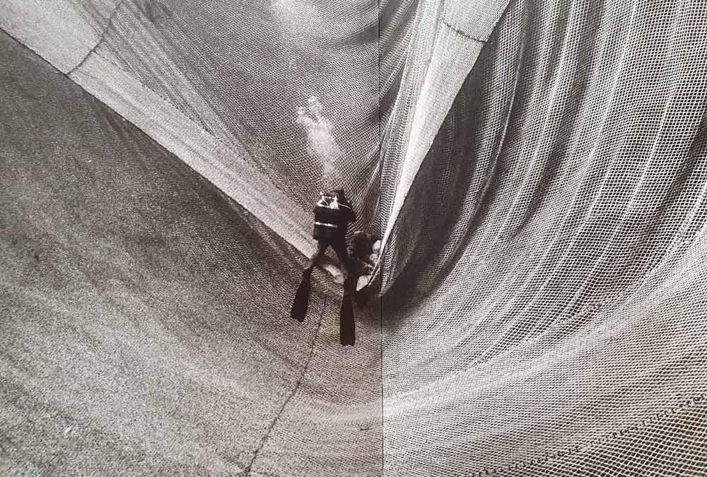 Subacqueo tra le reti della tonnara. Doppia pagina del libro di Francesco Zizola Sale Sudore Sangue