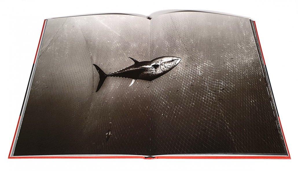 Tonno tra le reti della tonnara. Doppia pagina del libro di Francesco Zizola Sale Sudore Sangue