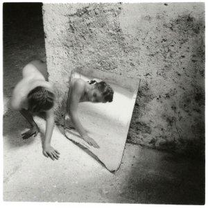"""Francesca Woodman, Self deceit 1, Rome, Italy, 1978 - Album di fotografie di artisti che hanno quotazioni """"importanti"""" nel mercato dell'arte contemporanea."""