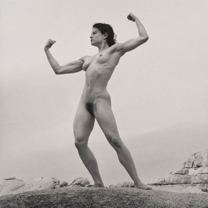 """Robert Mapplethorpe, Lisa Lyon, 1980 - Album di fotografie che hanno quotazioni """"importanti"""" nel mercato dell'arte contemporanea."""