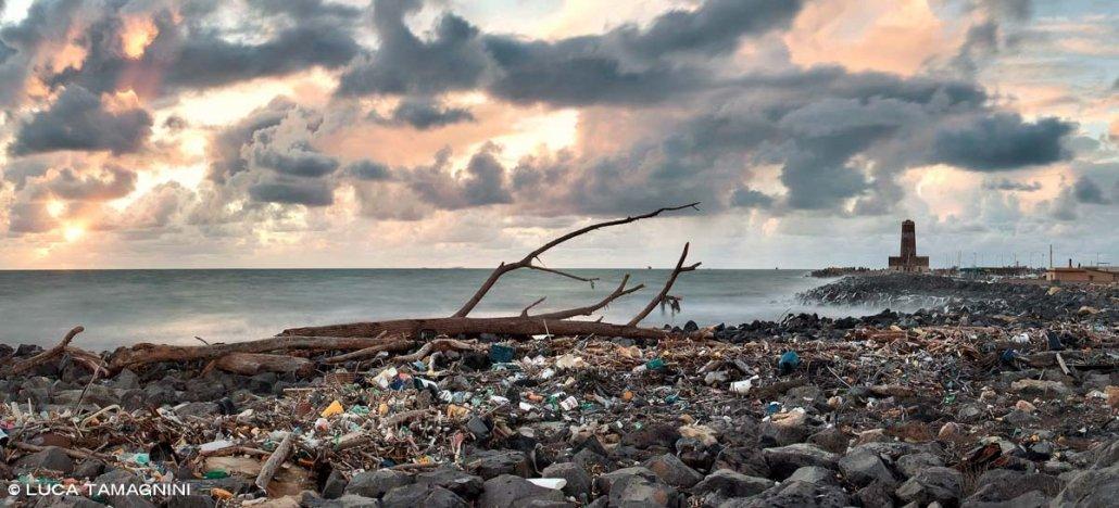 Il mare di Fiumicino nei pressi del faro, un tratto di costa molto inquinato e ricoperto di detriti portati dal mare.