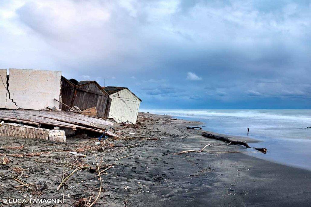 Lido di Ostia, erosione costiera, stabilimento balneare distrutto dal mare, spiaggia invernale, sullo sfondo il mare e un cielo scuro. Foto di Luca Tamagnini Catalogo 2021-001
