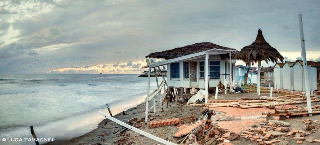 Lido di Ostia, erosione costiera, stabilimento balneare distrutto dal mare, spiaggia invernale, sullo sfondo il mare e un cielo scuro. Foto di Luca Tamagnini Catalogo 2021-002