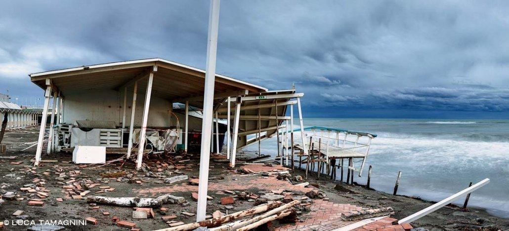 Lido di Ostia, erosione costiera, stabilimento balneare distrutto dal mare, spiaggia invernale, sullo sfondo il mare e un cielo scuro. Foto di Luca Tamagnini Catalogo 2021-007