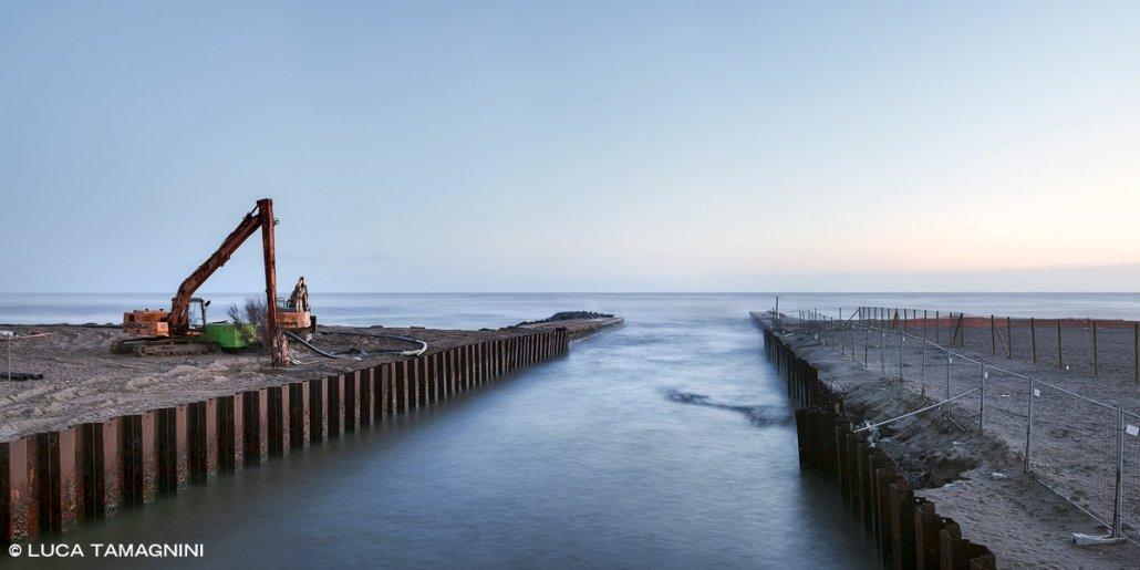 Lido di Ostia, 2021. Canale dei Pescatori. Pale meccaniche sulla spiaggia per lavori contro l'erosione costiera. Luca Tamagnini / Catalogo 2021-009