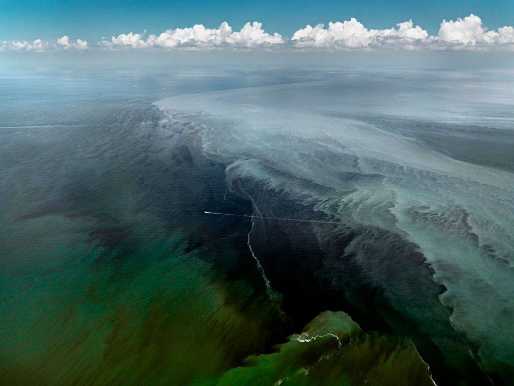 Paesaggio marino di Edward Burtynsky - Mississippi Delta, Gulf of Mexico, june 24, 2000 (oil-spill#13)