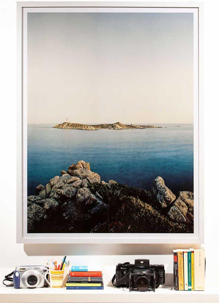 Isola dei Cavoli 100x130cm (immagine 93x123) con cornice al muro / Luca Tamagnini Catalogo 2011-002B