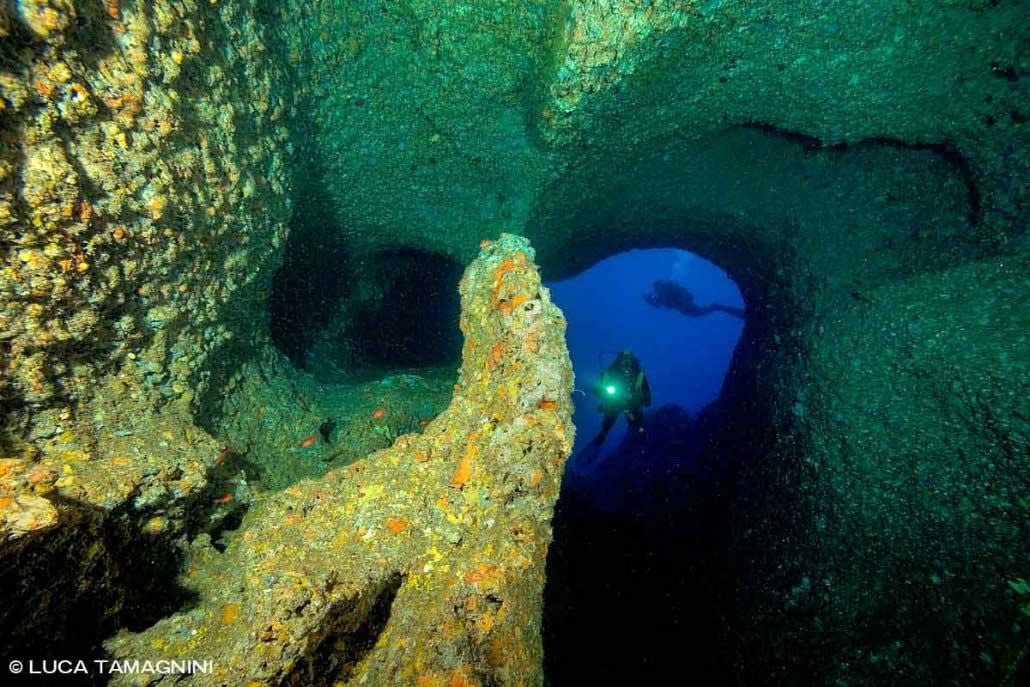 Foto Alghero / Capo Caccia, un subacqueo nella Grotta di Nereo / Luca Tamagnini Fuori Catalogo